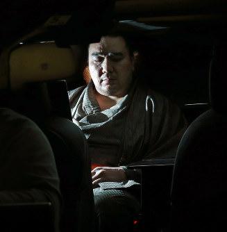 日馬富士 「ビール瓶なんかで殴ってねぇよ!リモコンと灰皿で殴ったんだよ!」 のサムネイル画像