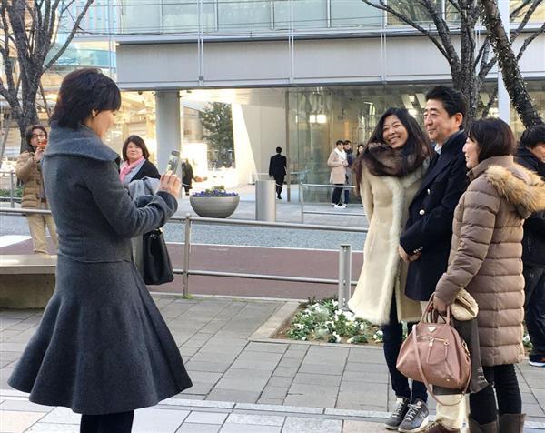 【衝撃】安倍首相、静養先の六本木で昭恵夫人と散歩へwwwwwwwwwのサムネイル画像