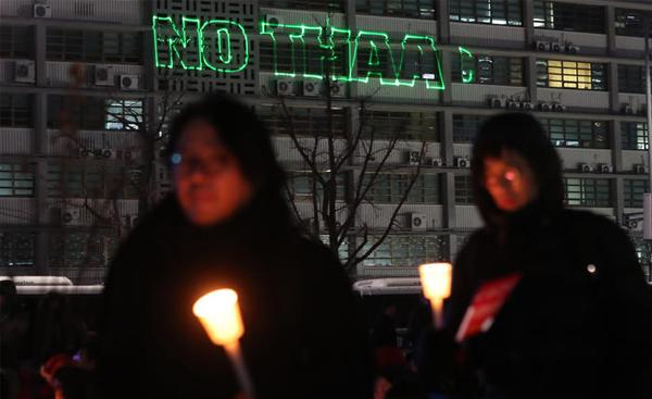 【韓国】今度はアメリカ大使館に嫌がらせが始まる、レーザービームで建物に「NO THAAD」の文字wwwwwwwwwwwwwwのサムネイル画像