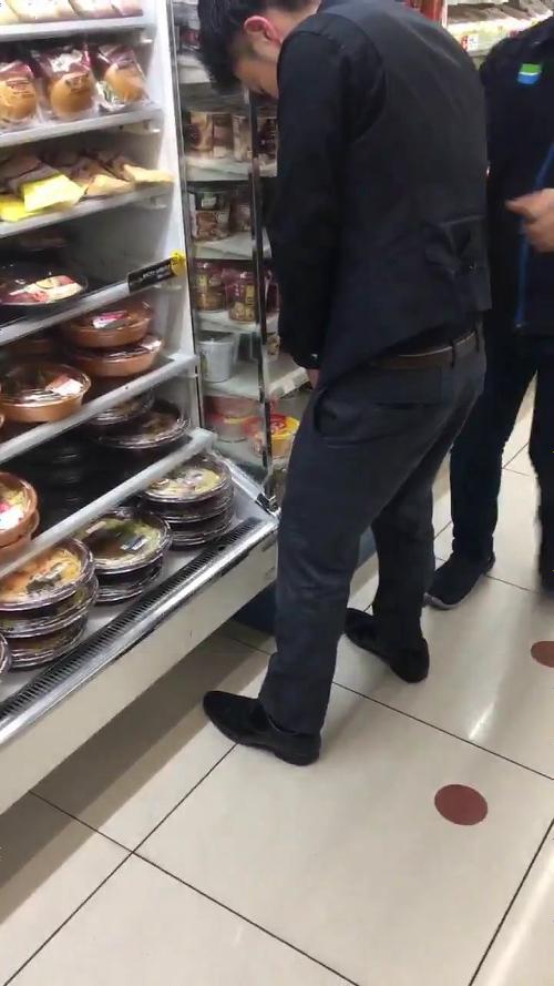 【動画】ファミリーマートの店内のパスタに向かって放尿する男の動画が拡散wwwwwwwのサムネイル画像