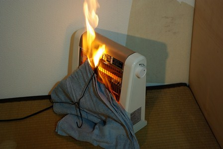 【衝撃】市営住宅で火災、8歳と6歳の兄弟死亡 → 母親「洗面所に電気ストーブ置いていた」のサムネイル画像