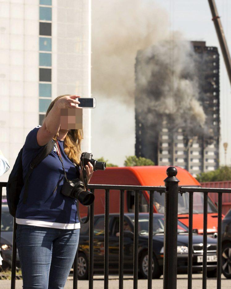 【画像】イギリスのタワーマンションが全焼 → 女「人が焼け死んでる 記念に自撮りしよ(パシャ)」 → 自ら炎上のサムネイル画像