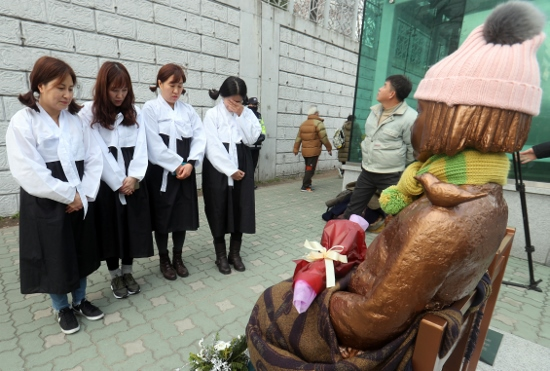 【悲報】日本の市民団体「日韓合意は解決ではない!慰安婦問題は外交でなく人権問題」のサムネイル画像