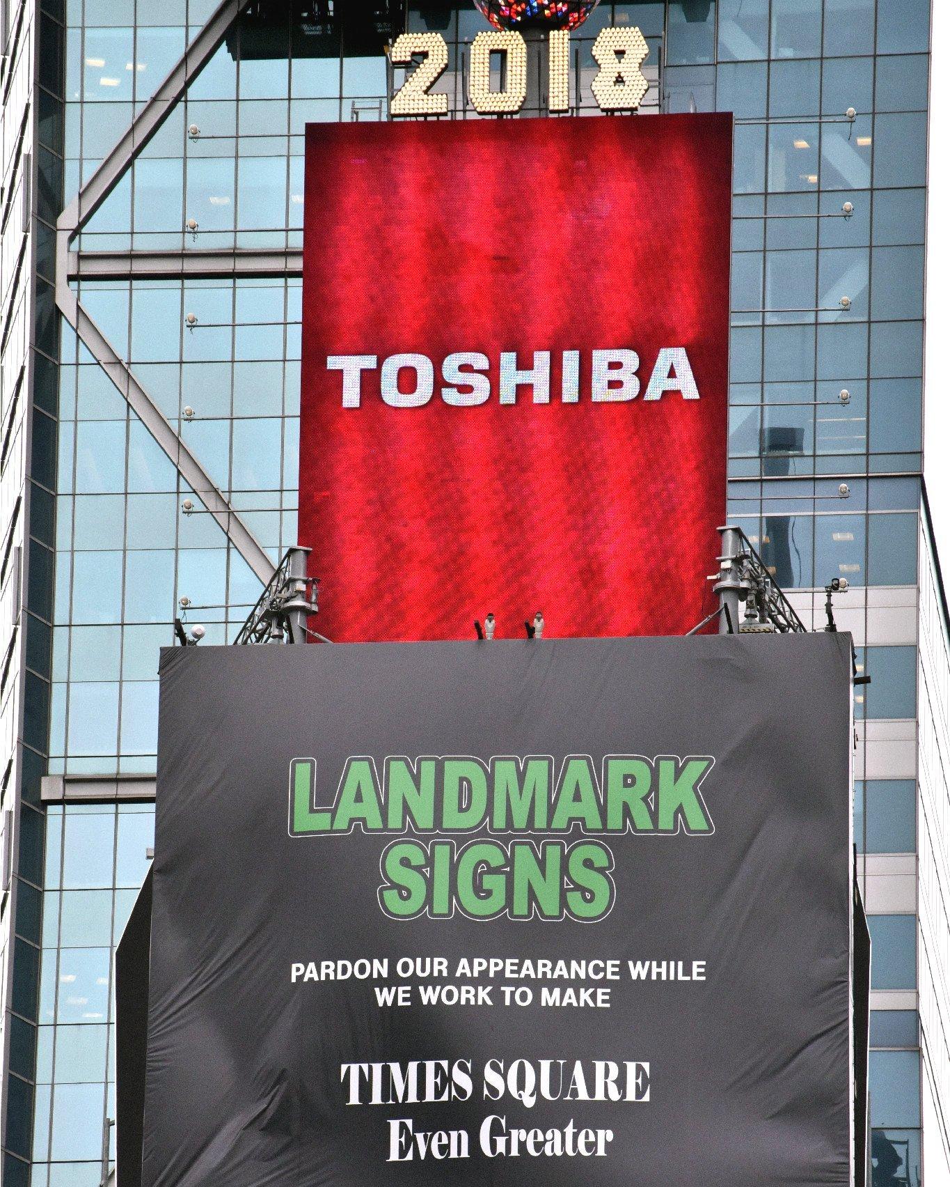 【悲報】NYタイムズスクエア「東芝」看板の撤去へ・・・のサムネイル画像