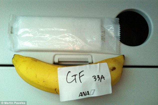 【話題】ANAの特別機内食(グルテンフリー)がバナナ1本だったと外国人が怒りへwwwwwwwwwwwのサムネイル画像