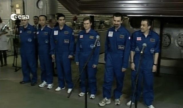 6人の男性が窓もない模擬宇宙船から一歩も出ずに520日間過ごすという実験が終わるのサムネイル画像