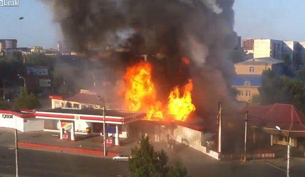 【動画】セルフガソリンスタンドで、給油口をライターで照らすアホが登場・・・のサムネイル画像