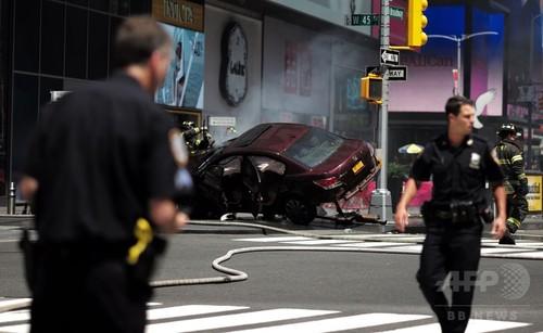 【衝撃】NYタイムズスクエアで車が歩行者に突っ込み、とんでもない被害へ・・・テロか?のサムネイル画像
