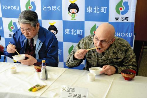 【青森】三沢基地の司令官が「シジミ」を試食して、安全アピールwwwwwwww