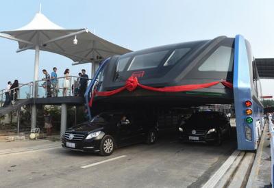 中国の道路をまたぐバス 不法投資資金を集めるための詐欺だったことが発覚のサムネイル画像
