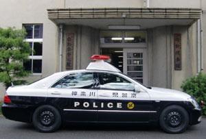 神奈川県警の爆走パトカー、交差点でダイナミックドリフトを決め、スクーター女子を吹っ飛ばすwwwwwwwのサムネイル画像