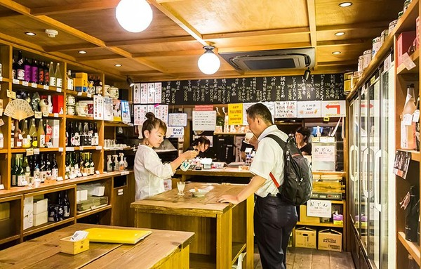 【日本語】「角打ち」 酒屋の店内で飲む言葉が広辞苑に初収録wwwwwwwwのサムネイル画像