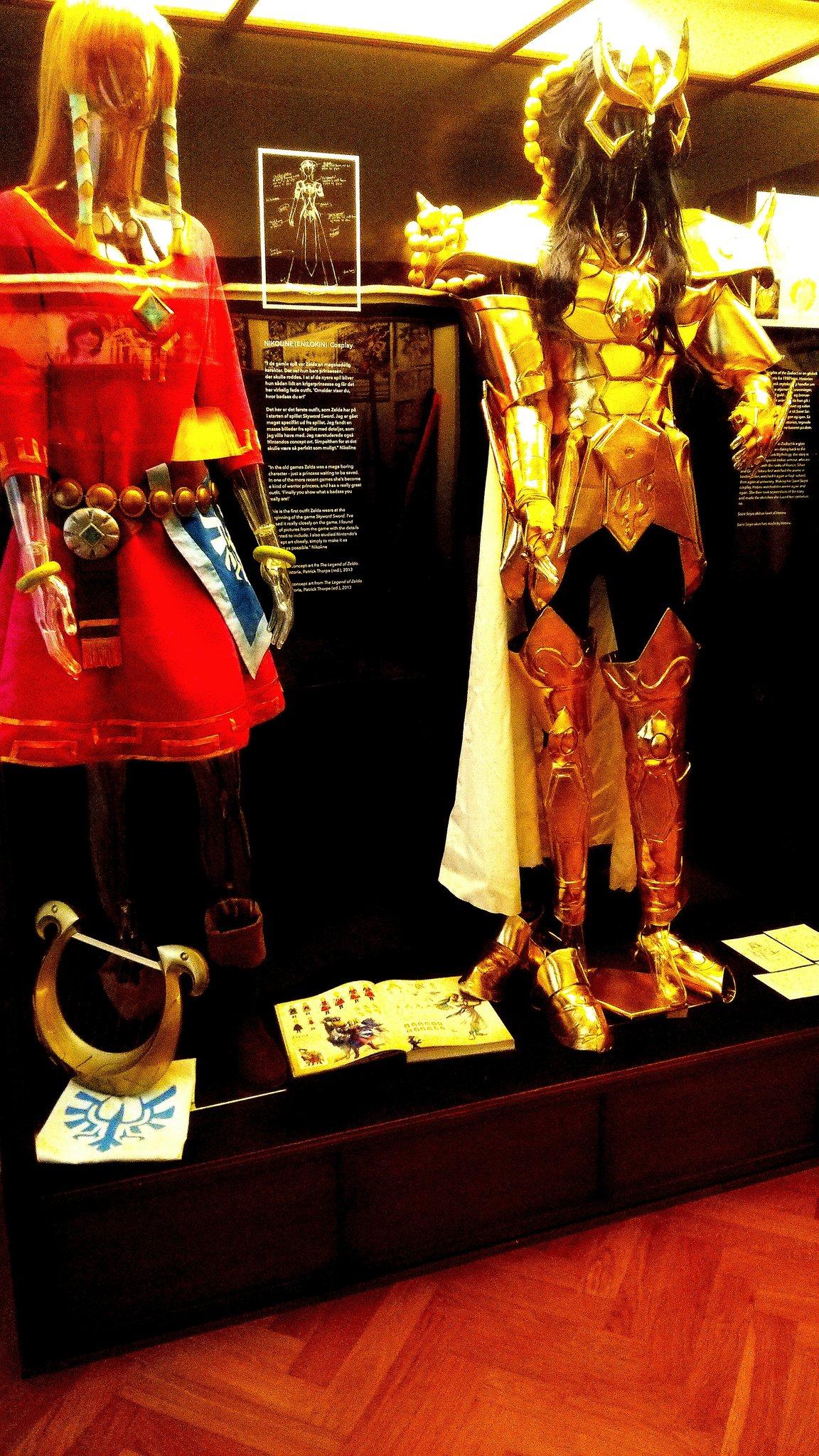 【悲報】デンマーク国立博物館には日本の民族衣装としてゼルダと聖闘士星矢の衣装が展示されているwwwwwwwwwwwwwwwwのサムネイル画像