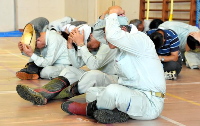 日本人、頭を「腕」で覆い隠してミサイルに備えるwwwwwwwwwwwwwwのサムネイル画像