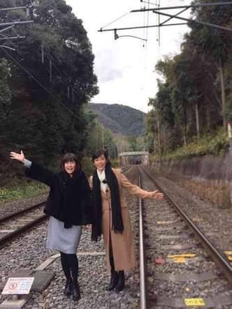 【悲報】松本伊代の線路が観光地になってるwwwwwwwwwwのサムネイル画像
