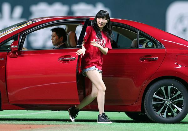【HKT48】指原莉乃(20) 始球式でセクシー美脚を披露のサムネイル画像