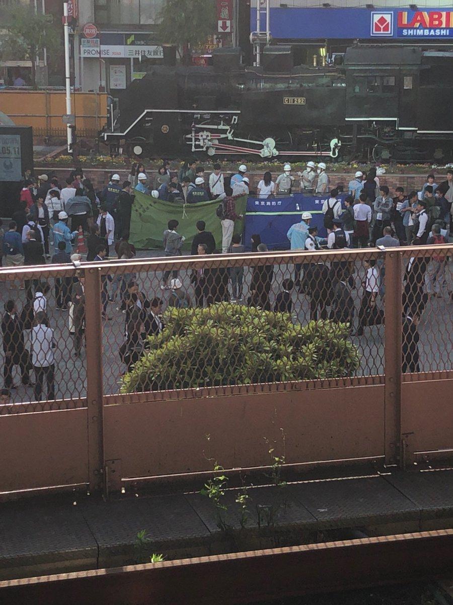【速報】新橋駅前に緊急車両が出動、JKが数人倒れている模様のサムネイル画像