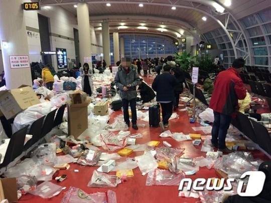 【国家がゴミ】旧正月で韓国に訪れた中国人観光客が免税品の袋をその場であけ空港がゴミの山にのサムネイル画像