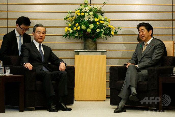 【悲報】安倍総理、中国外相との会談の場で足を組んでしまうwwwwwwwwwwww のサムネイル画像