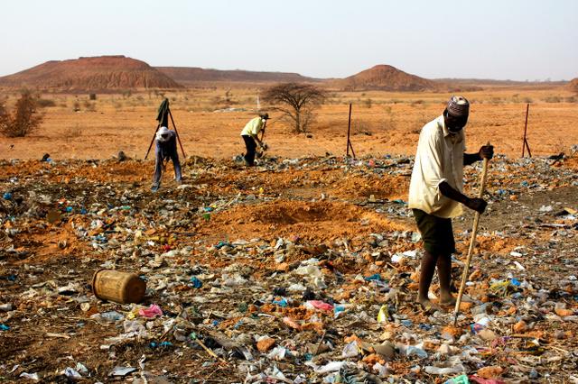 【驚愕】アフリカの砂漠にゴミをばらまく日本人 → その理由が衝撃的過ぎるwwwwwwwwwwwwwwwwwwwwwのサムネイル画像