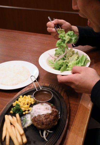 【悲報】デブは「サラダ・野菜」から食えはウソだった・・・のサムネイル画像