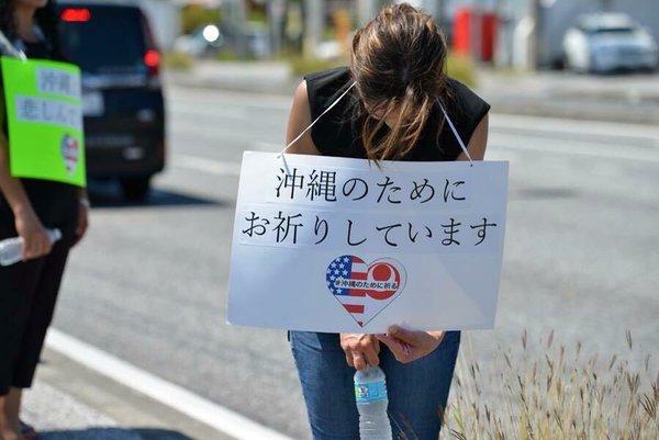 沖縄の事件で、炎天下の中道路脇に立って頭を下げ続ける米軍兵士たちのサムネイル画像