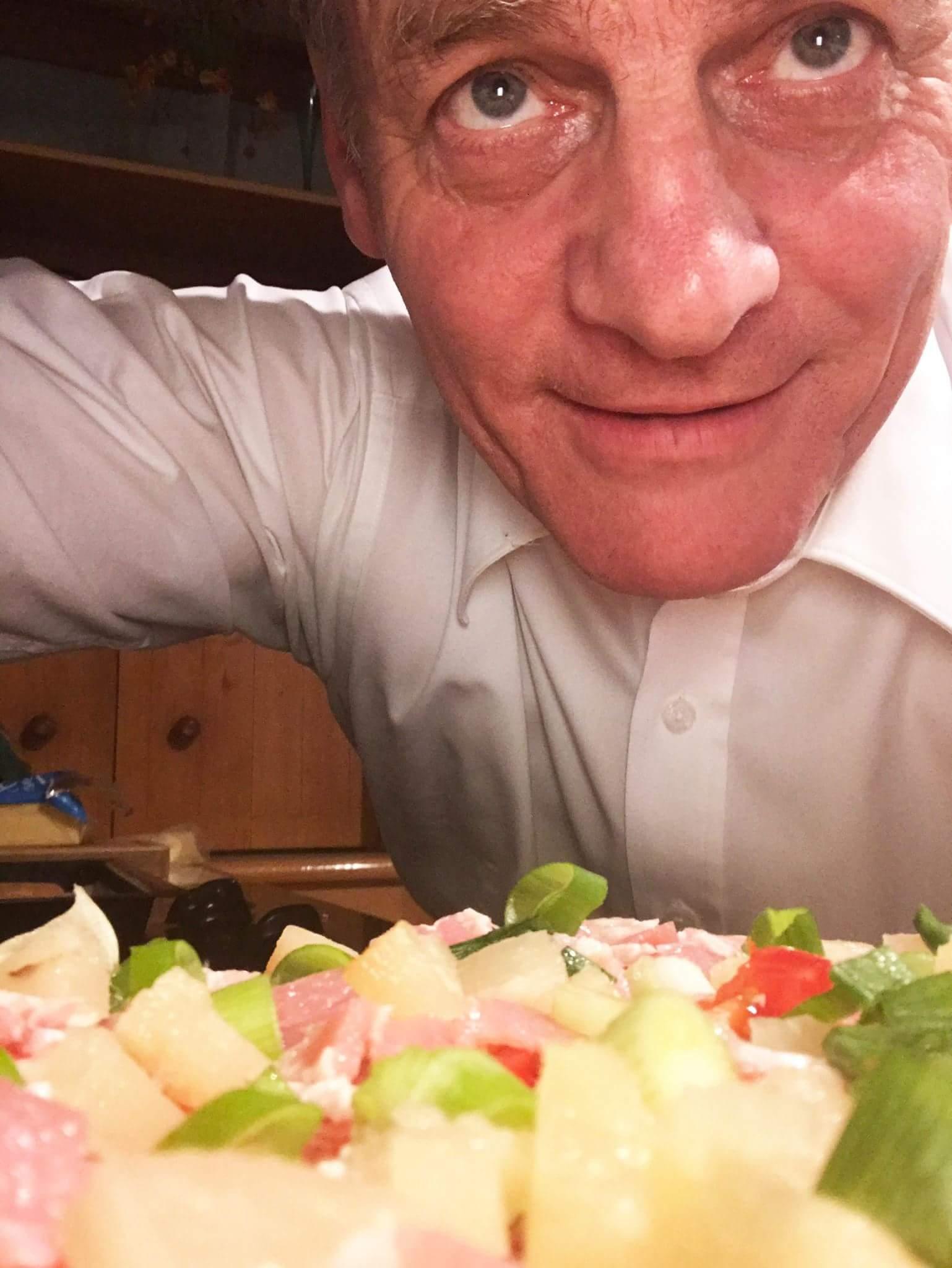 【悲報】NZ首相がピザにパイナップルをトッピングし大炎上 →「政治家にふさわしくない」との声まであがるwwwwwwwwwwwwのサムネイル画像