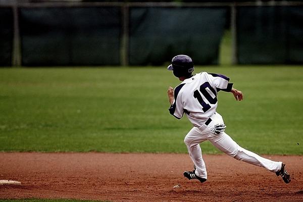 【これは酷い】「高校野球」仙台育英の選手が故意に大阪桐蔭選手の足を粉砕したとして、炎上・・・のサムネイル画像
