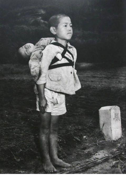 海外「涙が止まらない」原爆投下後の火葬場で撮影された「焼き場に立つ少年」に号泣へ・・・のサムネイル画像