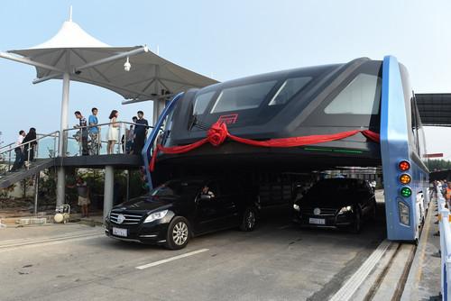 【悲報】道路をまたぐように走行する中国の超大型バス、試験走行日以来放置中 → 案の定出資詐欺だった模様wwwwwwwwwwwwwwのサムネイル画像