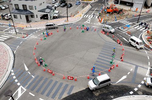 【画像あり】日本初の信号なし五差路交差点『ラウンドアバウト』がすごいwwwwwのサムネイル画像