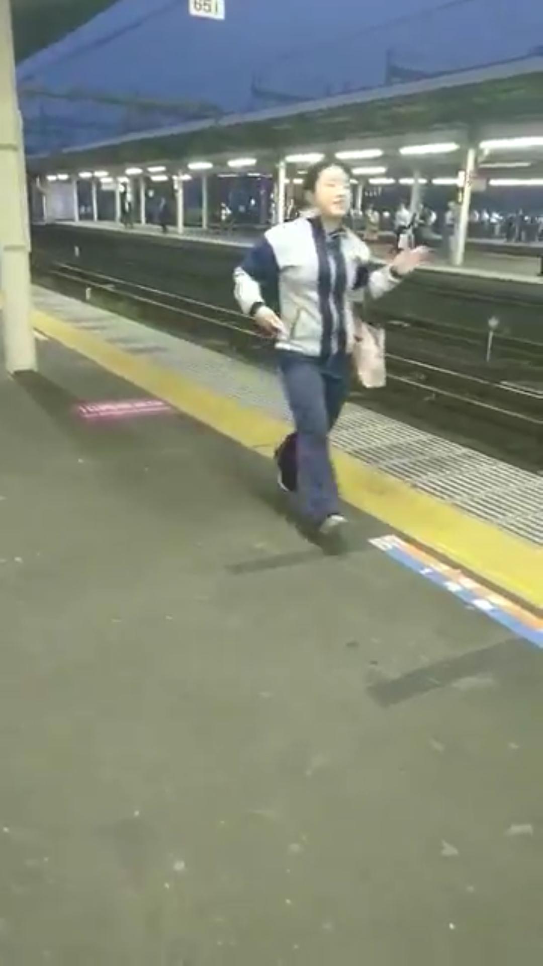 【動画】女「電車の中にわすれものしちゃった!!!」非常停止ボタンポチーのサムネイル画像