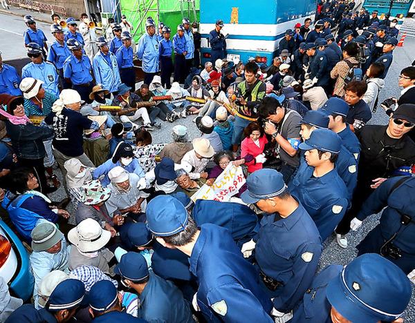 「不当逮捕だ!仲間(韓国人)を返せ!!」 韓国人による警官暴行事件でプロ土人が警察署に押しかけ大騒ぎのサムネイル画像
