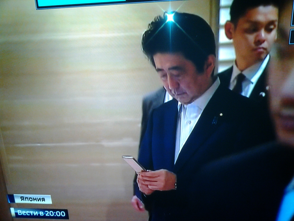 【悲報】安倍総理、ガラケー使いだったwwwwwwwwwwwwwwwwwwwwwwwwのサムネイル画像