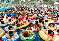 猛暑で中国の「プール」超過密状態(写真あり) 実写版「ウォーリーを探せ!」のサムネイル画像