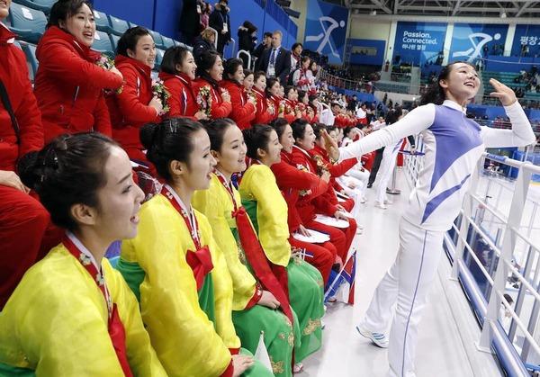 【悲劇】北朝鮮「美女応援団」の1人、米国選手に拍手してしまう → ヤバイ末路へ・・・のサムネイル画像