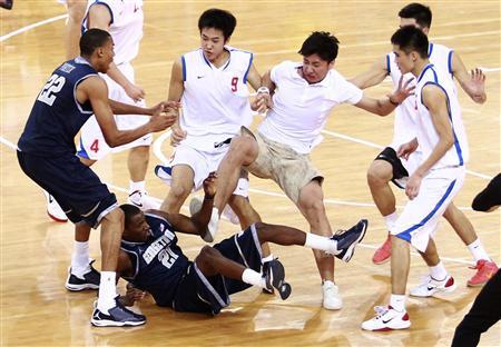 中国選手が馬乗りで米国選手にパンチ、バスケの試合で大乱闘のサムネイル画像