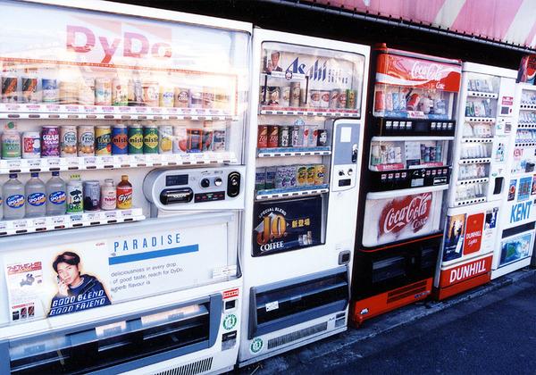 【がっぽん】自販機から無銭で飲料を盗む少年達wwwwwwwwwwwwwwのサムネイル画像