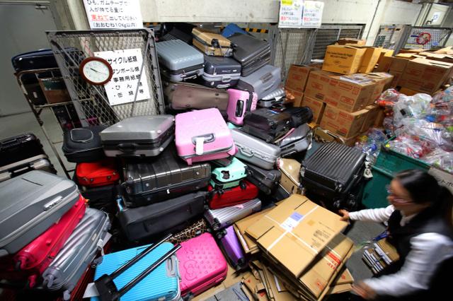 【悲報】訪日外国人観光客、空港に「古いスーツケース」を捨てていく模様wwwwwwwwwwwwwwwwのサムネイル画像