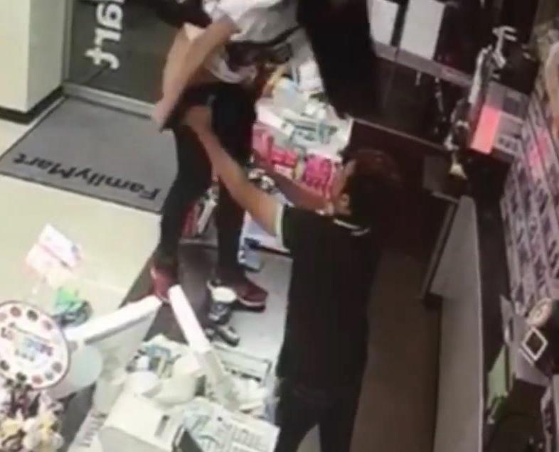 【画像】女性がファミリーマートのレジカウンターの上にあがり突然放尿 → トイレを貸してくれなかったからwwwwwwwwwwwwwwwwwのサムネイル画像