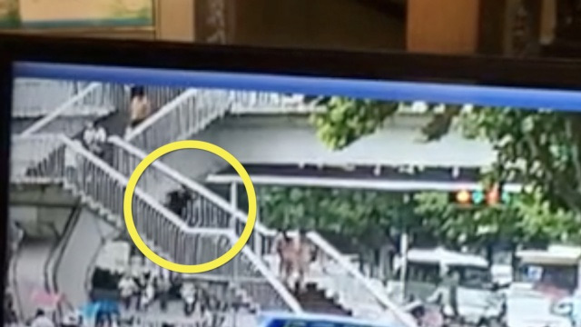 【悲報】歩きスマホで歩道橋の階段から転落して死亡・・・のサムネイル画像