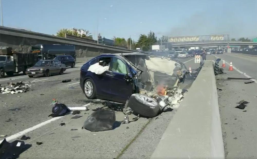 【EV】テスラ「Model X」が運転手死亡の大事故 → ヤバすぎる事故現場の写真がコチラ・・・のサムネイル画像
