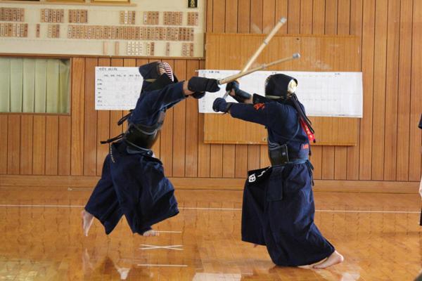 竹刀で女子中学生の頭や首を滅多打ちの上、喉を突くなど体罰した教師を懲戒処分wwwwwwwwwwwwwのサムネイル画像