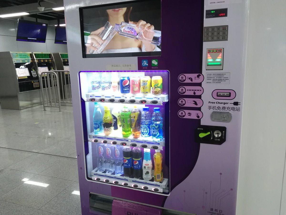 中国「スマホ決済が当たり前だから自販機に充電器付けよう」→ 日本「充電?はい20分200円」 のサムネイル画像