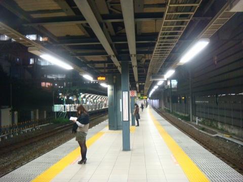 【悲報】ホームから女子高生ら突き落とす → 電車で逃走 → その結果・・・のサムネイル画像