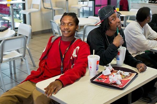 マック大好き! マクドナルドで食事をする人々の写真のサムネイル画像