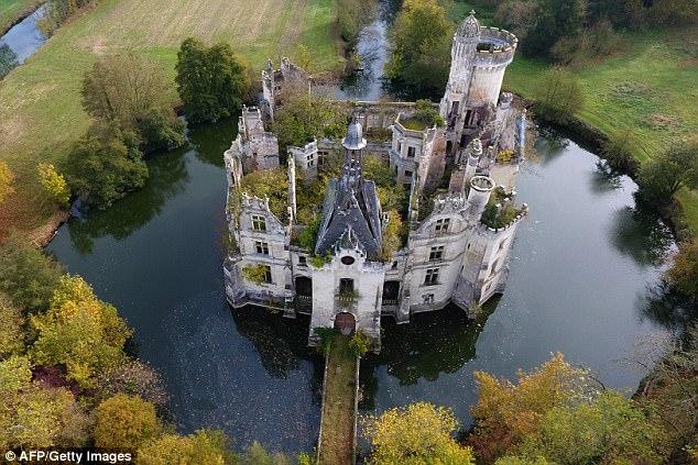 【画像】フランスの歴史ある古城がたった6600万円で売りに出されるwwwwwwwwwのサムネイル画像