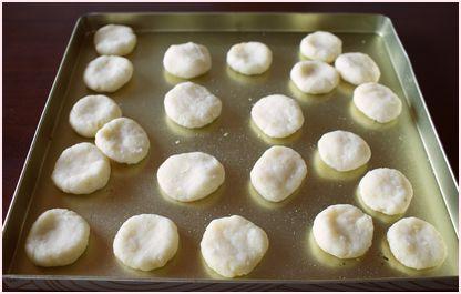 教師がホウ酸団子をまき、これは何かと聞かれ冗談で「クッキー」と答えたら、食べて胃洗浄のサムネイル画像