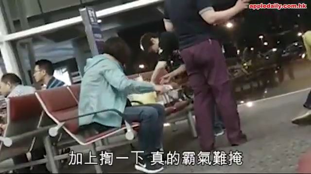 空港で中国人女性が飯テロwwwwwwwwwwwwwのサムネイル画像