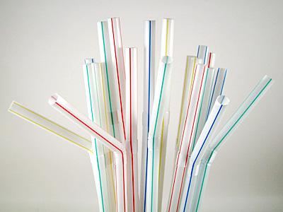 【衝撃】イギリス、ストロー等の使い捨てプラスチックを「全面禁止」へwwwwwwwwwのサムネイル画像